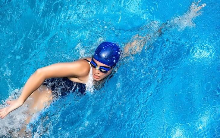 Плавание при шейном остеохондрозе: что нужно знать