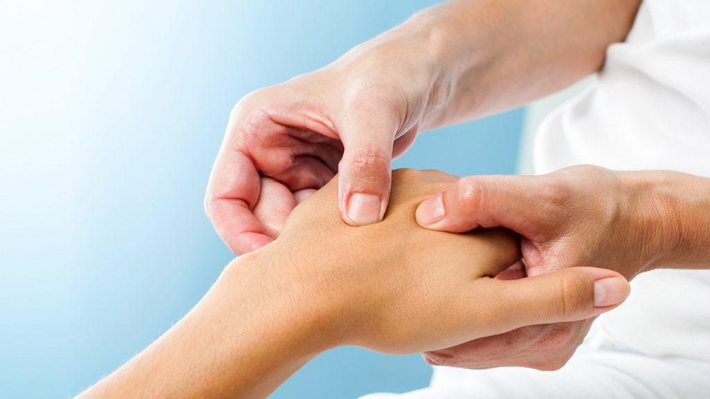 Почему немеют пальцы и руки при остеохондрозе
